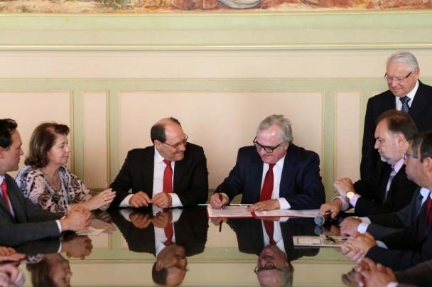 Assinatura foi realizada nesta quinta-feira (16), no Palácio Piratini